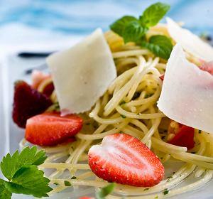 Spaghetti z truskawkami, parmezanem i chili