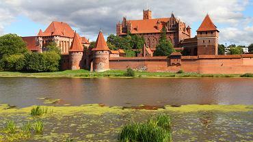 Zamek krzyżacki w Malborku. Zamek krzyżacki w Malborku ma ponad 250 000 metrów sześciennych i jest najdoskonalszym przykładem obronnej budowli gotyckiej. Nazywa się go największą górą cegieł w Europie, ponieważ do jego budowy Krzyżacy zużyli miliony sztuk tego budulca. Obecnie obiekt jest prawie całkowicie odrestaurowany i turyści mogą zwiedzić większą część tej olbrzymiej warowni.