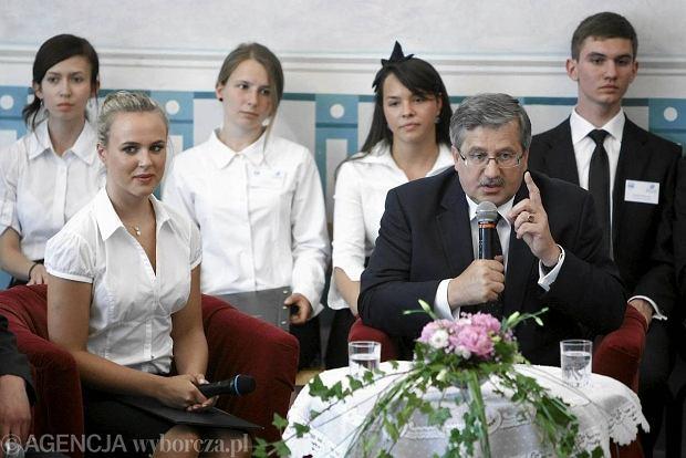 Bronisław Komorowski z wizytą w II Liceum Ogólnokształcącym w Poznaniu, które ukończyła jego mama.