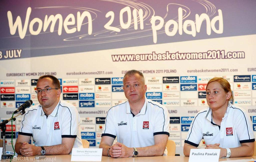 Od lewej: prezes PZKosz Grzegorz Bachański, trener kadry Dariusz Maciejewski i kapitan reprezentacji Paulina Pawlak