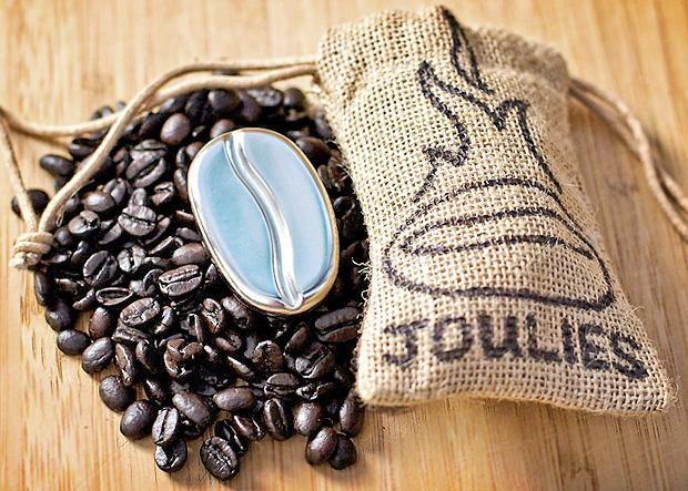 Coffee Joulies zawiera w sobie tajemniczy, nietoksyczny materiał, który ma to do siebie, że w wysokiej temperaturze topi się, absorbując ciepło, a potem znów twardnieje, oddając je otoczeniu