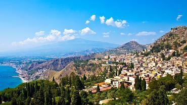 """Taormina, Sycylia. Taormina to miasteczko na Sycylii położone na zboczu wciętym między morze a Etnę. Stanowi esencję tej pięknej wyspy. """"Kiedy słyszę słowo """"Taormina"""", oczami wyobraźni widzę wysokie wzgórze, nisko rozłożone jedwabiste morze, w blasku słońca roztapiającą się jak kryształ Etnę, i w końcu całą czarodziejską scenerię grecko-rzymskiego teatru. Jest to jedyna taka scenografia na świecie"""" - pisał zafascynowany miastem Jarosław Iwaszkiewicz."""