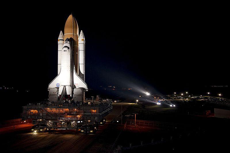 Wahadłowiec Atlantis w drodze na wyrzutnię, z której wystartuje do ostatniej misji STS-135.