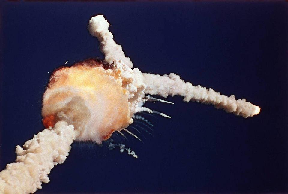 28 stycznia 1986 r. 73 s po starcie, na wysokości 15 km prom kosmiczny Challenger eksploduje. Siedmioosobowa załoga ginie. To miała być 10. misja Challengera. Przyczyną katastrofy okazała się uszkodzona uszczelka znajdująca się pomiędzy dwoma segmentami prawej rakiety pomocniczej wykorzystywanej podczas startu