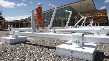 Budowa drogi z panelami fotowoltaicznymi