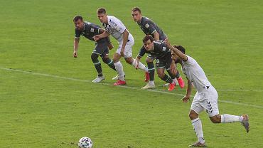 Górnik Zabrze pokonał Lechię Gdańsk 3:0. Na zdjęciu Jesus Jimenez podchodzący do rzutu karnego