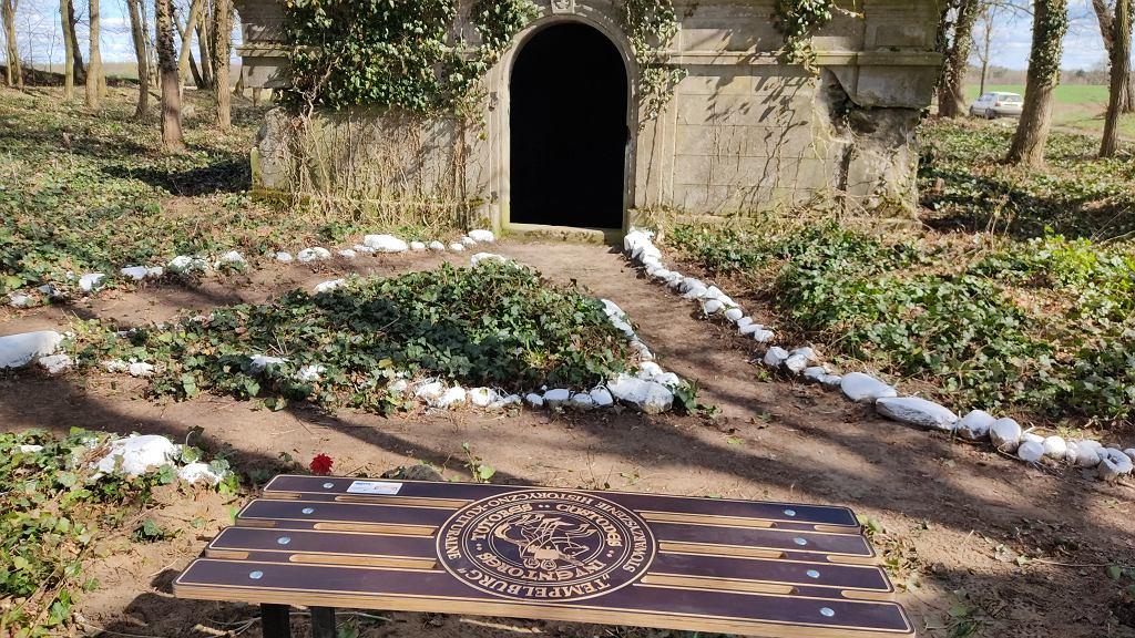Uporządkowany ewangelicki cmentarz w Miłkowie z jednym z grobowców i ławką pamięci