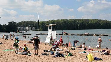 Pijana matka na plaży w Skierniewicach. Zaczęła smarować kremem cudze dziecko