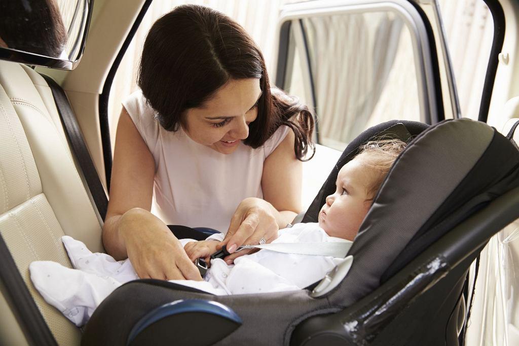 Dziecko w samochodzie musi podróżować w odpowiednio dobranym foteliku. To, jak przewodzić dziecko w samochodzie, reguluje prawo, warto jednak wykształcić w sobie dobre nawyki, nie tylko dlatego, bo tak trzeba, ale dlatego, ponieważ jest to naprawdę ważne.