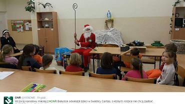 'Narodowy' Mikołaj odwiedził dzieci w świetlicy białostockiego Caritasu.