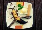 Grillowane banany z mieszanką korzenną podane z lodami i sosem czekoladowym - Zdjęcia
