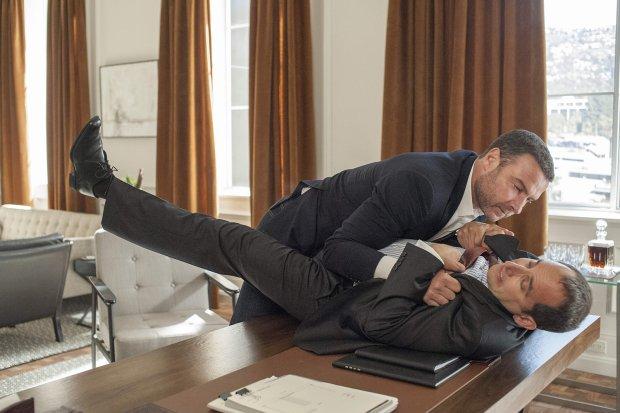 Liev Schreiber i Peter Jacobson w serialu