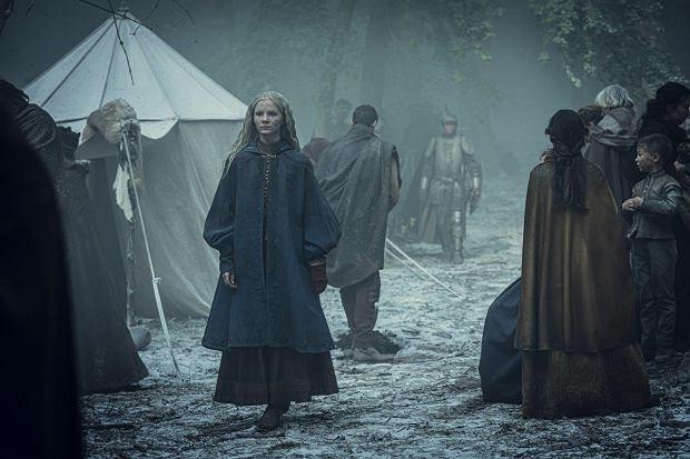 Freya Allan jako księżniczka Ciri na planie serialu 'Wiedźmin'