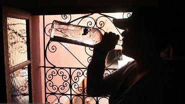 Kobieta pijąc alkohol (zdjęcie ilustracyjne)