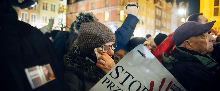 Mieszkańcy Gdańska znów tłumnie wyszli na ulice. Żegnają Pawła Adamowicza