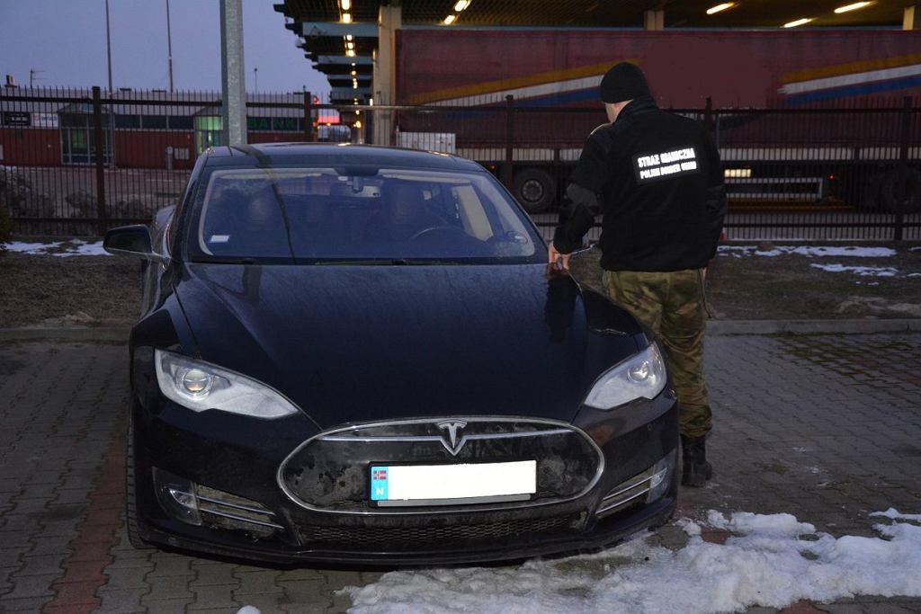 Próbował wjechać na Ukrainę kradzioną teslą. Odzyskano auto warte 350 tys. zł