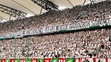 8.05.2016, Warszawa, stadion Legii, napis na transparencie podczas meczu Legia Warszawa - Piast Gliwice, przykład mowy nienawiści.