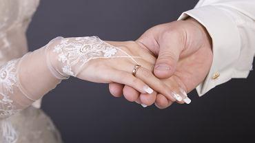 Paznokcie ślubne są bardzo różnorodne, najczęściej jednak występują w jasnych barwach. Zdjęcie ilustracyjne