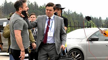 Karpacz. Przed wejściem na Forum Ekonomiczne antyszczepionkowcy poszarpali się z rzecznikiem ministerstwa zdrowia Wojciechem Andrusiewiczem