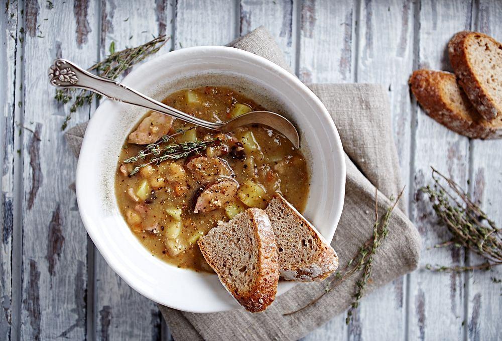 Zupa grochowa najlepiej smakuje z mięsem - sprawdzi się tu najlepiej boczek lub kiełbasa