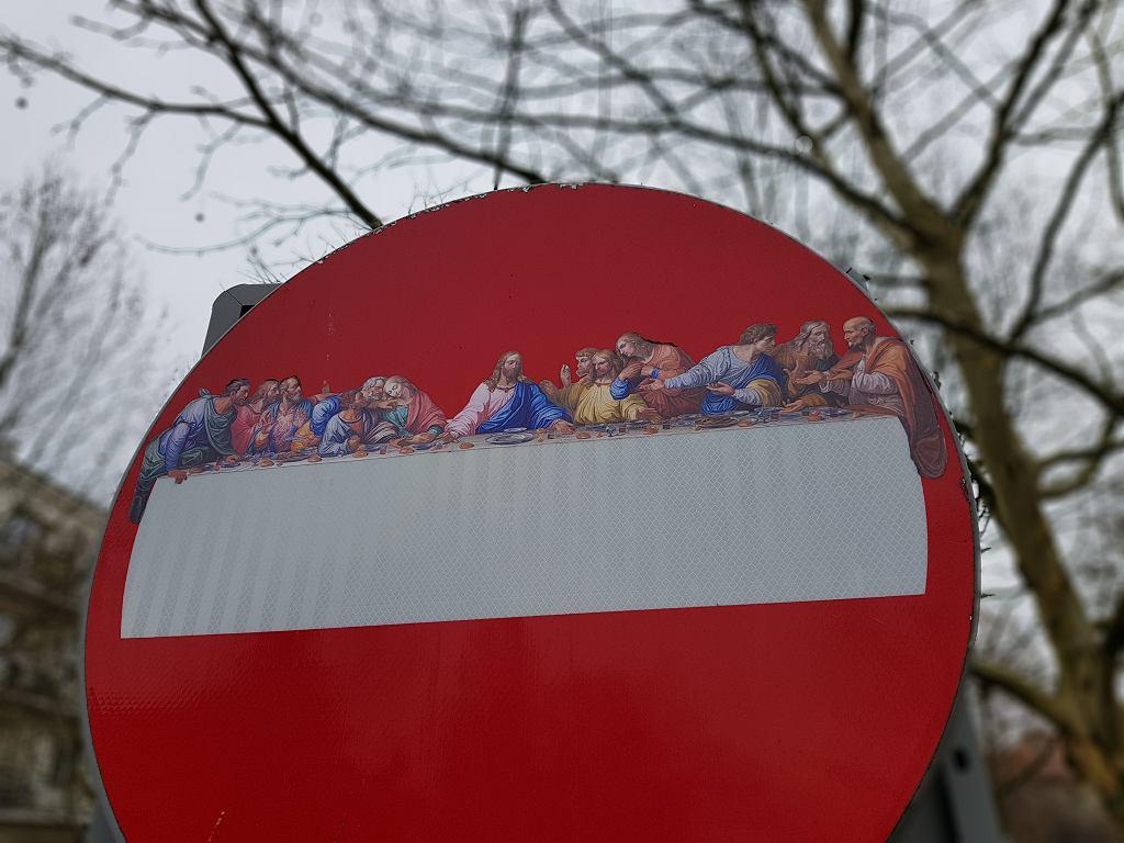 'Ostatnia wieczerza' na znakach zakazu wjazdu w Warszawie