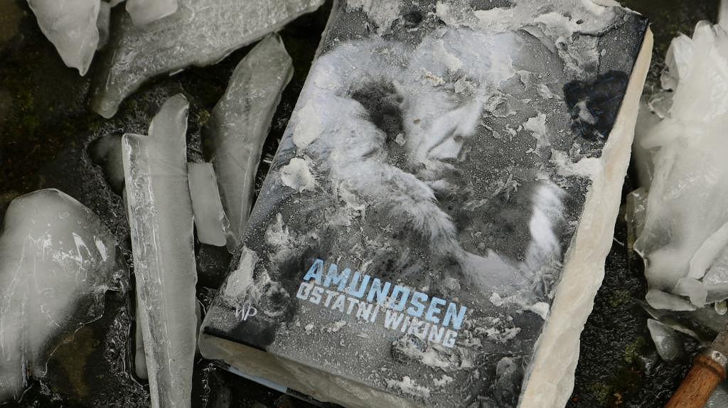 Okładka książki 'Amundsen. Ostatni wiking' Stephena Bowna.