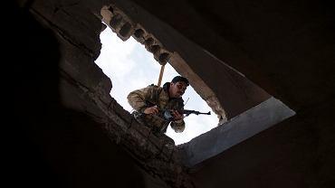Bojownik Syryjskich Sił Demokratycznych (SDF) wspierani przez USA w wiosce Baghouz w Syrii, 16 lutego 2019.