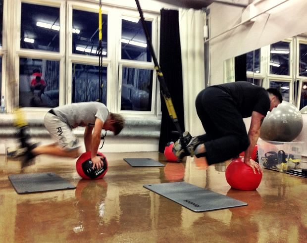 Trening funkcjonalny, outdoor i zerwanie z siłownią - trendy w fitnessie zdradza coach Dawid Fajer (na zdj. taśmy TRX)