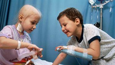 Dwie dziewczynki chore na ostrą białaczkę limfoblastyczną, które przebywają w szpitalu na chemioterapii. Dzięki badaniom Mela Greavesa być może tę chorobę uda się wyeliminować u dzieci