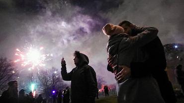 Kilka tysięcy osób powitało Nowy Rok w Krakowie na kopcu Krakusa. Co roku w sylwestrową noc przychodzą tu tłumy - z kopca jest doskonały widok na miasto.