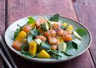 Sałatka z łososiem wędzonym - przepis na doskonałą przystawkę z owocowym dodatkiem