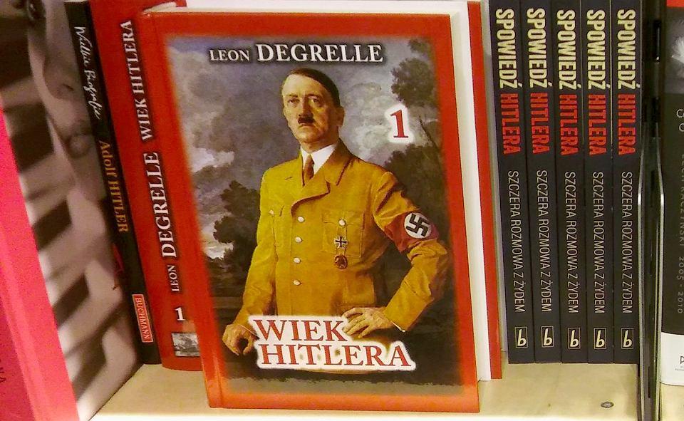 Książka Léona Degrelle'a 'Wiek Hitlera' w jednej z księgarni w centrum Warszawy.