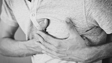Ból w górnej części klatki piersiowej może świadczyć o różnych dolegliwościach. Zdjęcie ilustracyjne