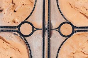 """Autostrada """"zjadana"""" przez piasek i morze koloru, jakiego nigdy nie widzieliście. Sfotografował Dubaj, Oman i Australię z lotu ptaka [ZDJĘCIA]"""