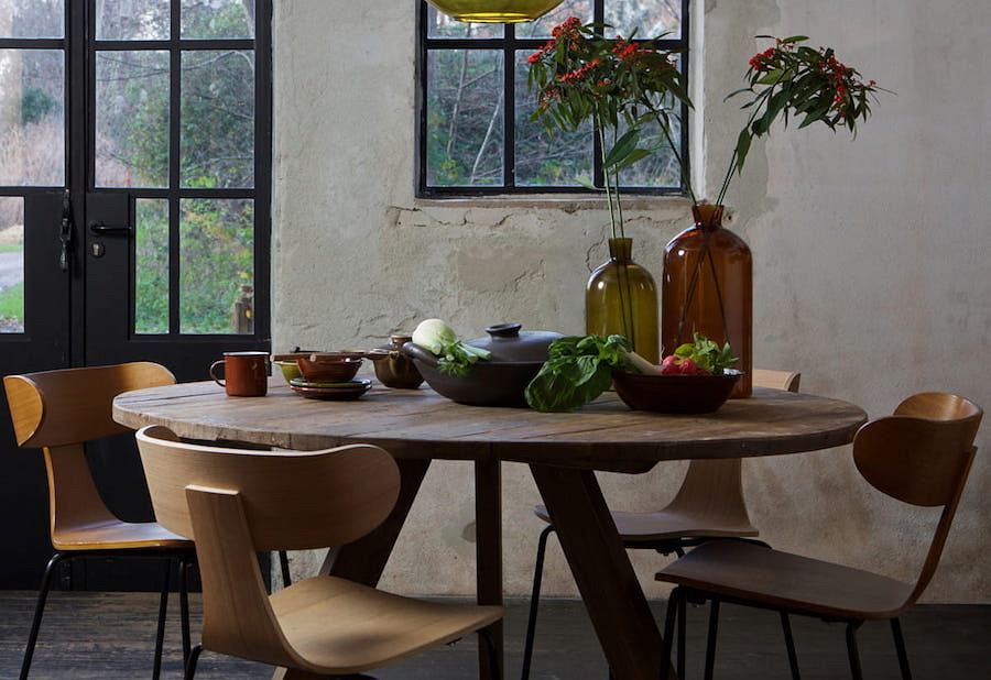 Drewniane krzesła Form świetnie prezentują się w towarzystwie betonu i szkła