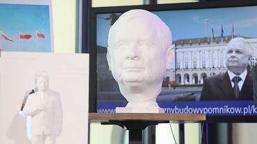 Wybrane projekty pomników smoleńskich. W tle pomnik Lecha Kaczyńskiego, na pierwszy planie detal pomnika - powiększona głowa Kaczyńskiego
