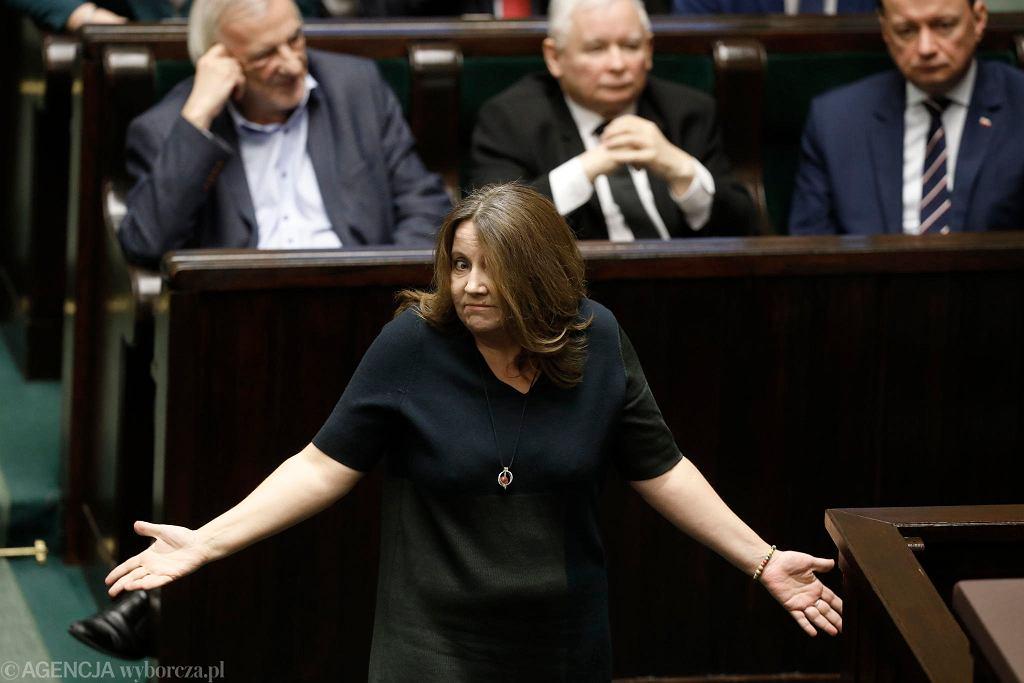 Posłanka PiS Joanna Lichocka pokazała w Sejmie środkowy palec. Tłumaczy , że podcierała oko... Warszawa, 13 lutego 2020