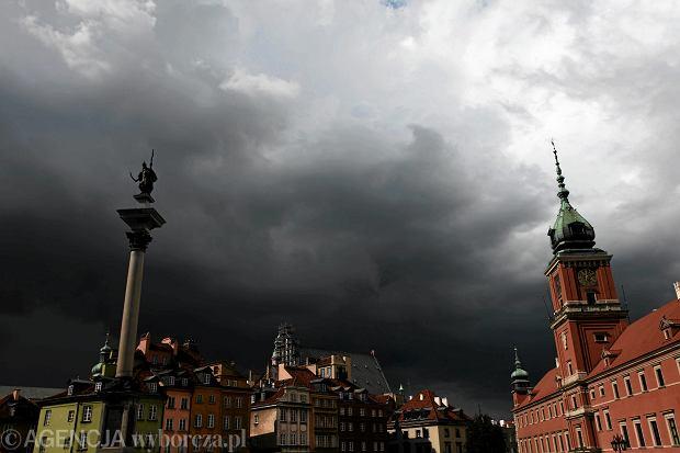 +Chmury burzowe nad Pl. Zamkowym w Warszawie