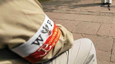 """Park im. Żołnierzy Żywiciela. Obchody 72 rocznicy Powstania Warszawskiego przy kamieniu """"Żołnierzom Żywiciela"""""""