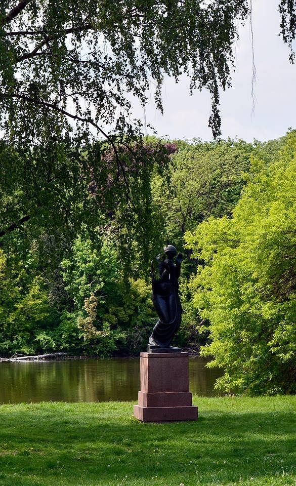 Na rzeźbie 'Rytm' autorstwa Henryka Kuny (dokładnie na okładzinach cokołu) widoczne są ślady po pociskach, pochodzące prawdopodobnie z pierwszych dni walk.
