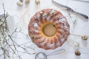 Wielkanocna babka drożdżowa puszysta, sprężysta i idealnie wypieczona. Jej sekretem jest dodatek jogurtu