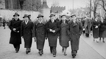 81 lat temu Dzień Wszystkich Świętych wypadł w niedzielę.  1 listopada 1936 roku w miasto ruszył tradycyjnie Bolesław Augustis, białostocki fotograf, którego negatywy szczęśliwie odnaleziono ponad dziesięć lat temu. Poruszał się w swoich rewirach - Kilińskiego, Rynek Kościuszki, Planty... Z tego dnia zachowało się 36 klatek. Przedstawiamy niepublikowane dotąd fotografie z międzywojennego Białegostoku.