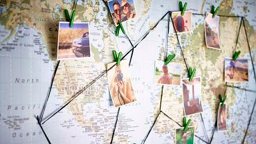 Zdjęcia z podróży przyczepione do mapy
