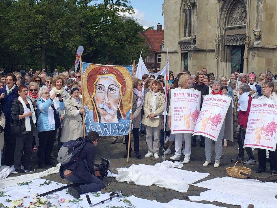 W niedzielę 12 maja 2019 r. ok. 800 kobiet i kilkunastu mężczyzn stało przed katedrą w Münster obok transparentu, na którym namalowano Maryję z zaklejonymi plastrem ustami.