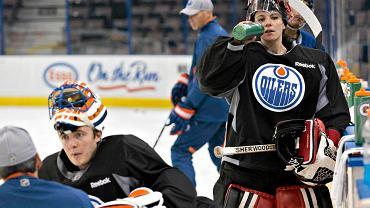 Po transferach w ostatnich dniach, w drużynie Edmonton Oilers przez moment zabrakło bramkarzy. Gdy pozyskany z Anaheim Ducks Viktor Fasth był w drodze do Edmonton, na treningu Oilers w bramce stanęła... Shannon Szabados, bramkarka reprezentacji Kanady i złota medalista igrzysk w Soczi.