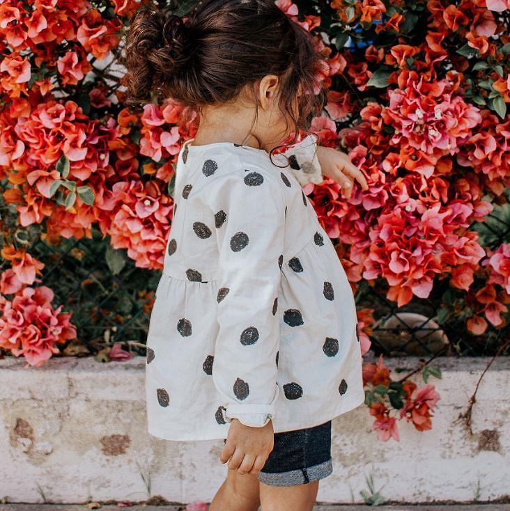 Bluzki z falbankami dla dziewczynek rozpowszechniły się wśród najmłodszych przedstawicielek płci pięknej