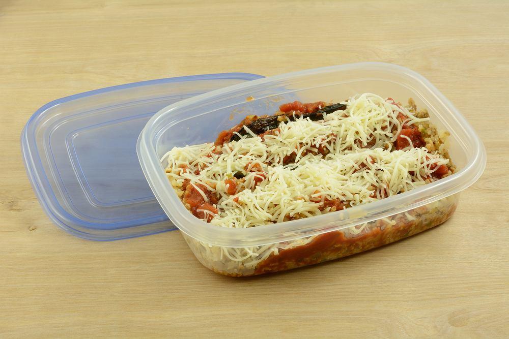 Sosy pomidorowe potrafią trwale zabarwić plastikowe pojemniki.
