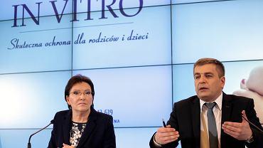 Ewa Kopacz i Bartosz Arłukowicz podczas konferencji prasowej poświęconej projektowi ustawy o leczeniu niepłodności metodą in vitro