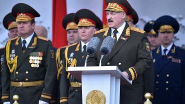 Aleksandr Łukaszenka odbiera defiladę w Mińsku z okazji Dnia Zwycięstwa, 9 maja 2020.