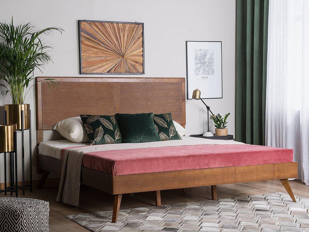 Łóżko drewniane na charakterystycznych nóżkach